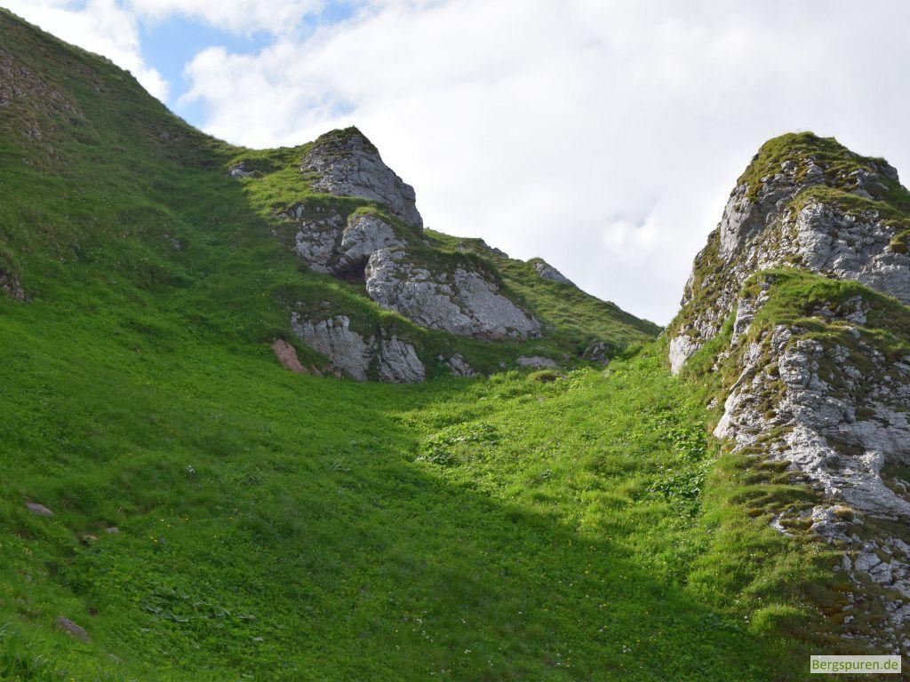 Pfad durch steile Grashänge in Fagstein-Südflanke