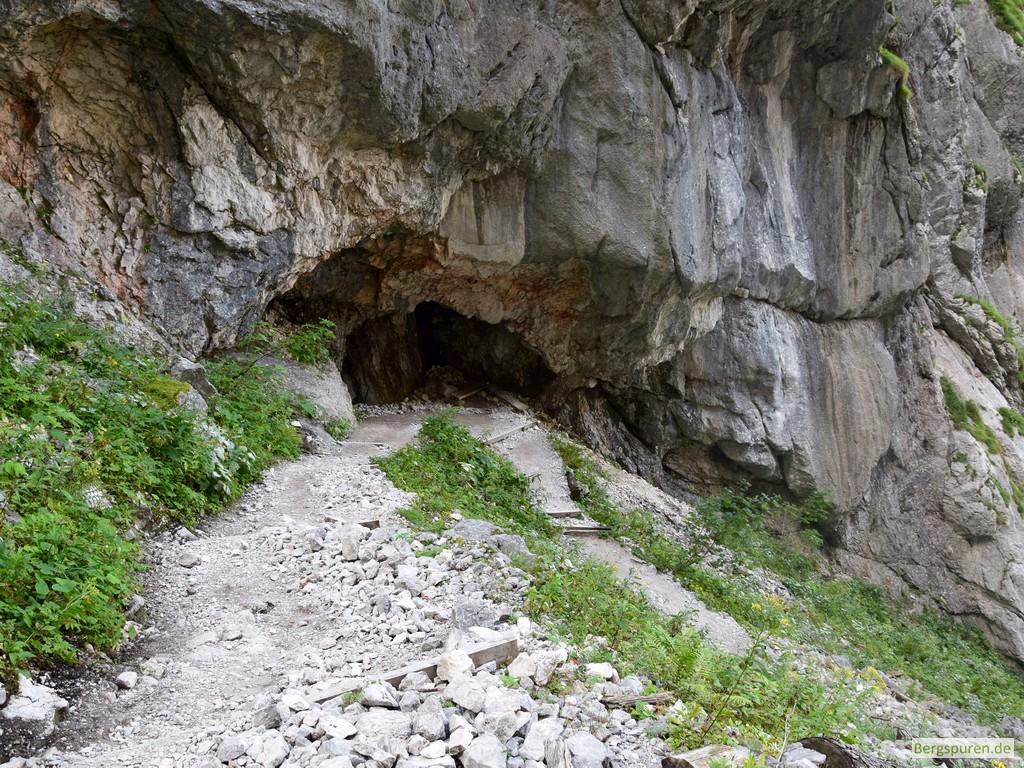 Saugasse - Kurve unter Felsüberhang