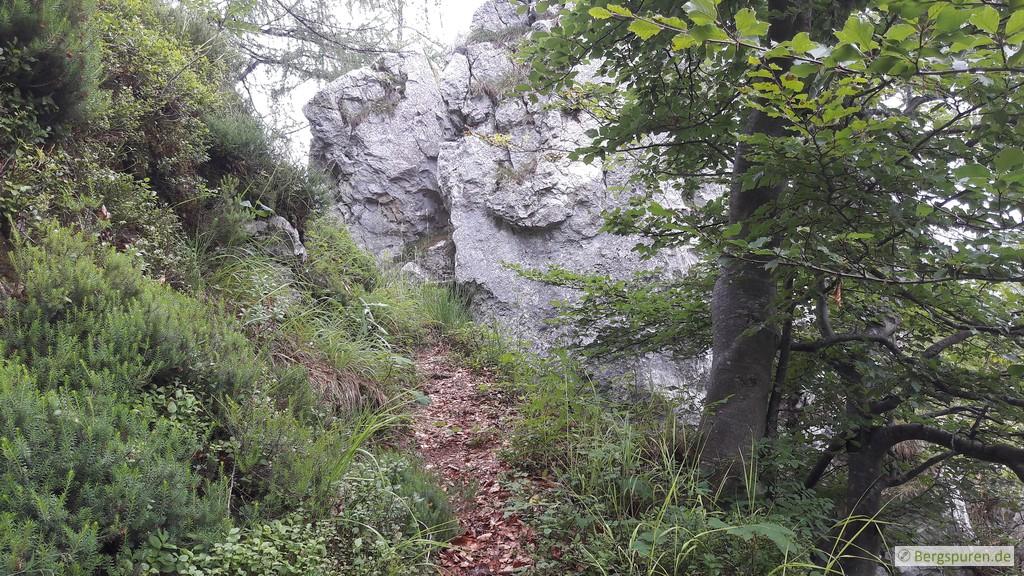 Ausstieg aus dem Weittal bei einem großen Felsblock