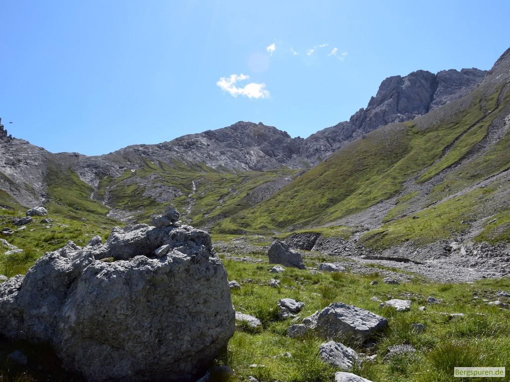 Felsbrocken im Sittersbachtal, Hinterbergkopf im Hintergrund