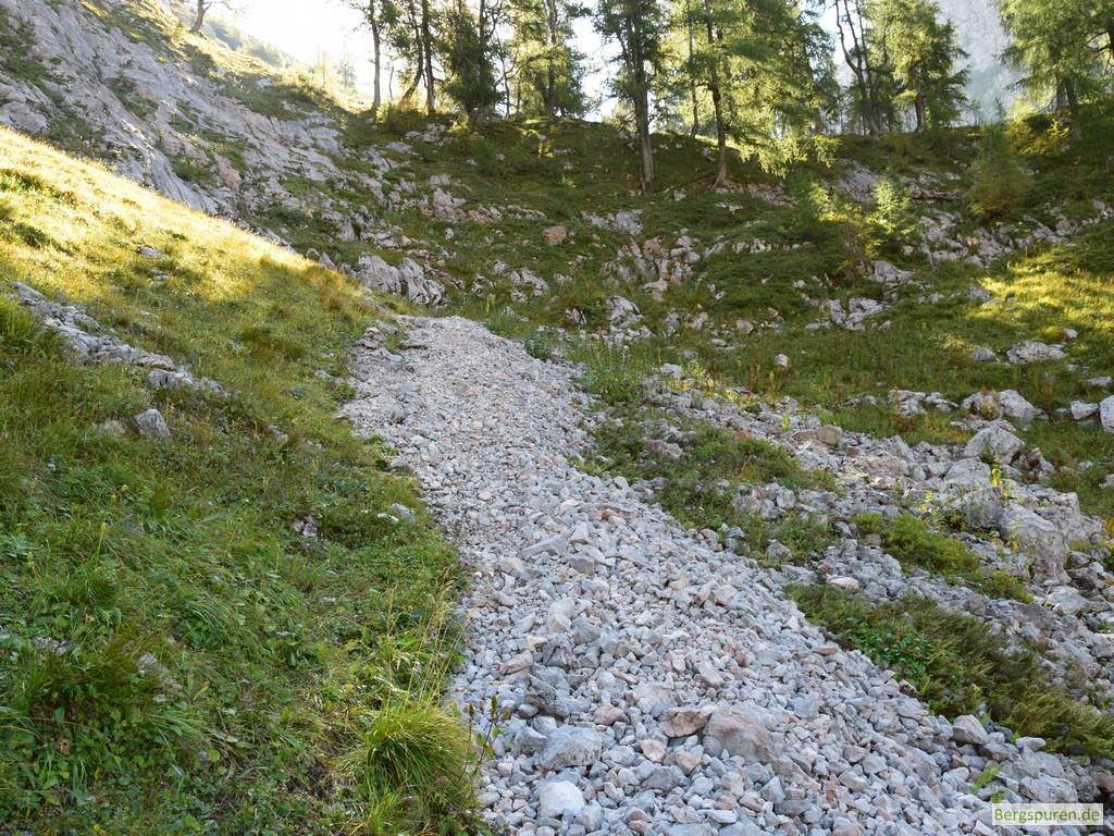 Schottriger Steig beim Anstieg zum Hochsäul