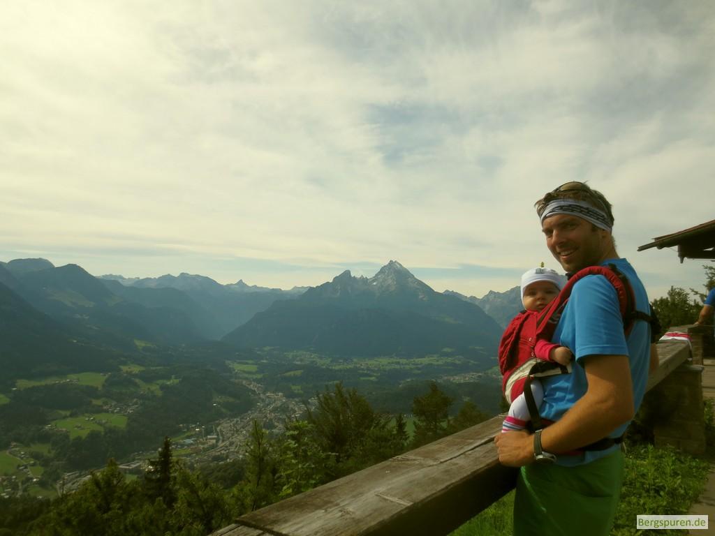 Wanderer mit Baby in der Manduca auf der Kneifelspitze