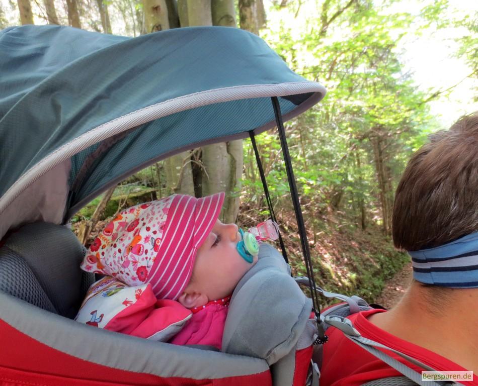 Kind schläft in Kraxe beim Abstieg von der Kneifelspitze