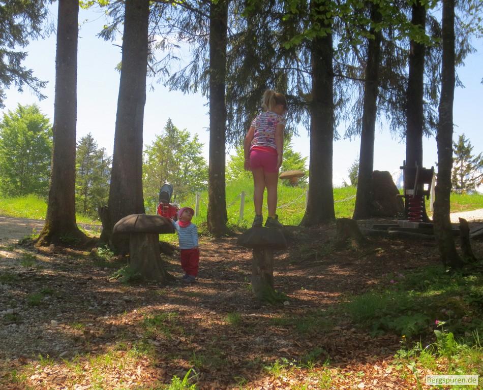 Kinder auf kleinem Spielplatz auf der Kneifelspitze