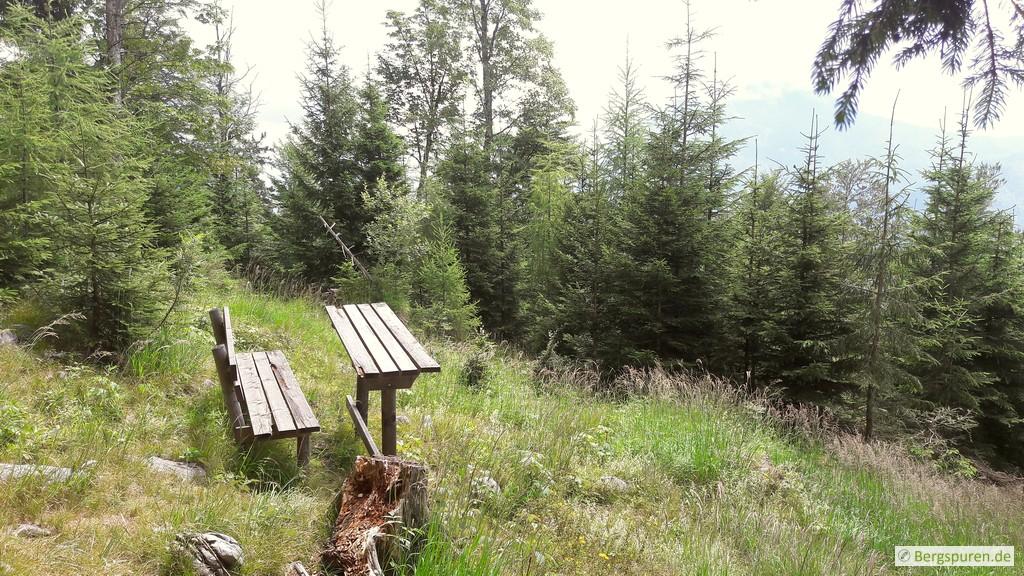 Rastbank mit Holztisch am Koialuweisteig