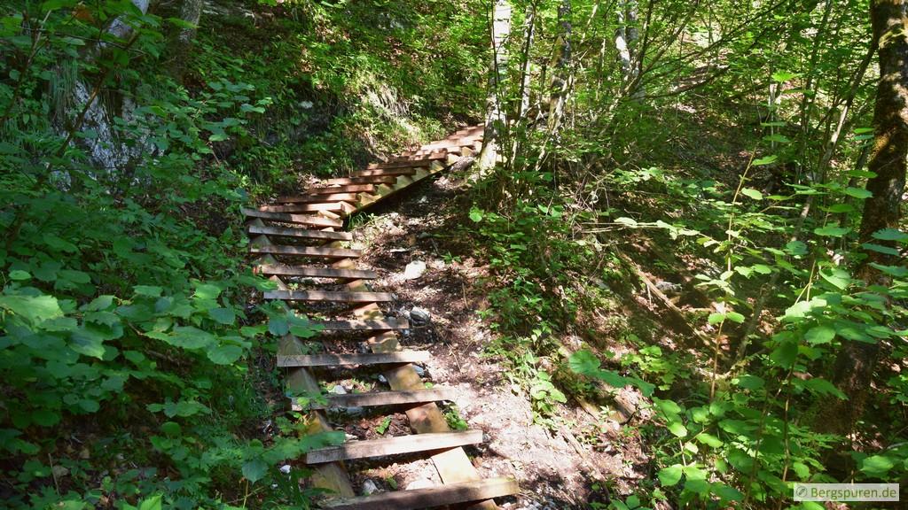 Holztreppen am Sagerecksteig