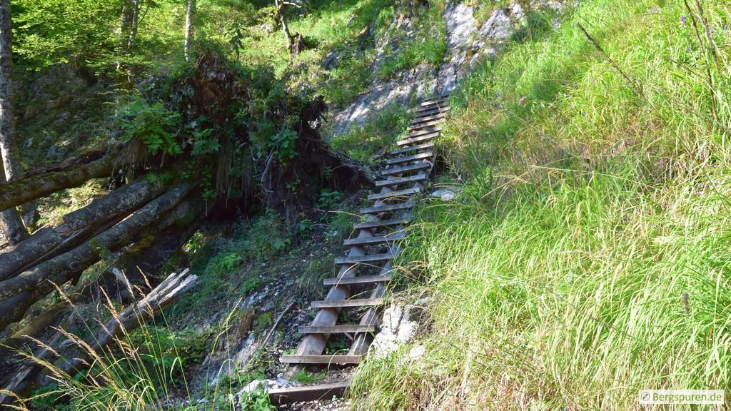 Lange Holztreppe am Sagerecksteig
