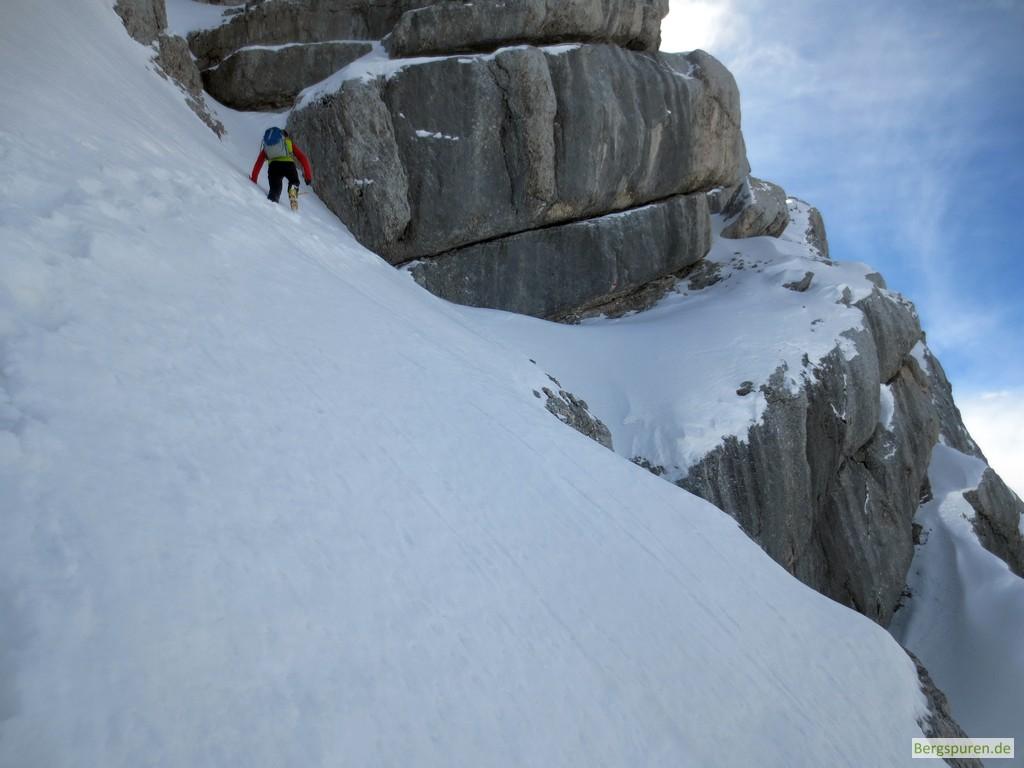 Ausgesetzte Querung eines steilen Schneehangs beim Anstieg zum Birnhorn in den Leoganger Steinbergen