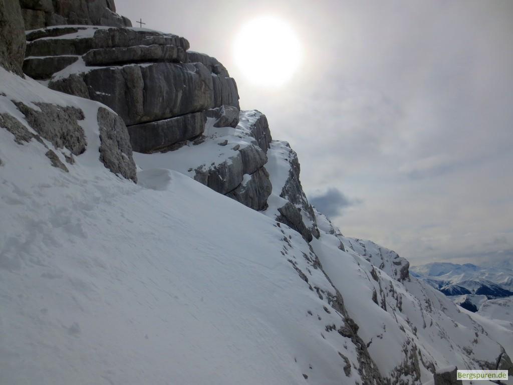 Gipfelaufbau des Birnhorns mit schneebedeckten Felsbändern