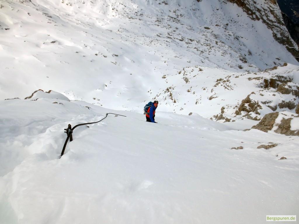 Querung eines steilen Schneehangs beim Anstieg zum Birnhorn