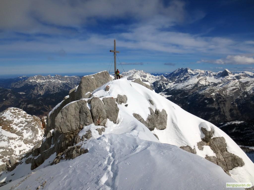 Schneebedeckter Gipfel des Birnhorns mit Gipfelkreuz