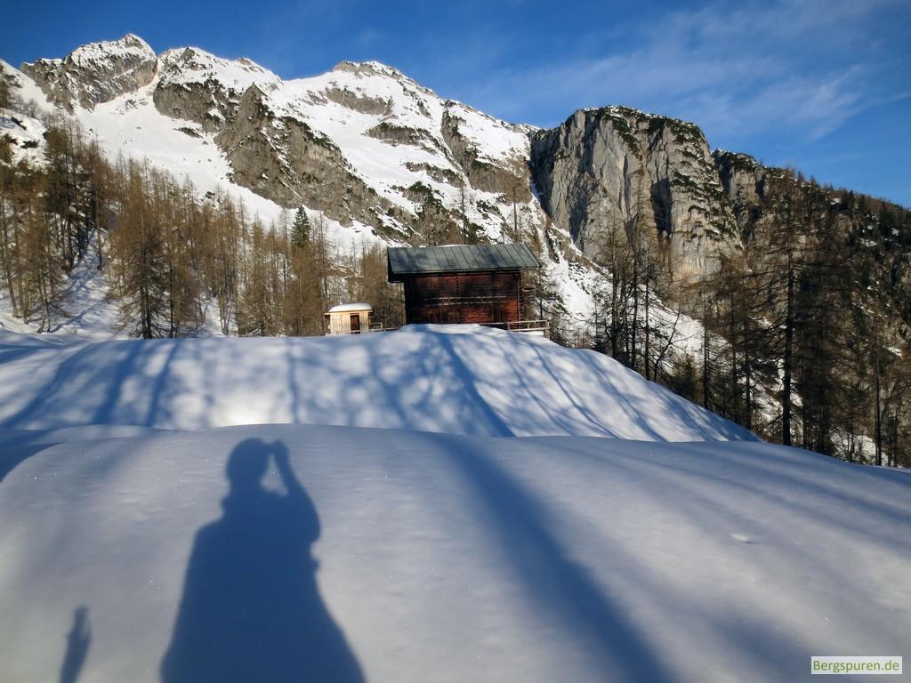 Verschneite Ebersberg Jagdhütte in den Leoganger Steinbergen