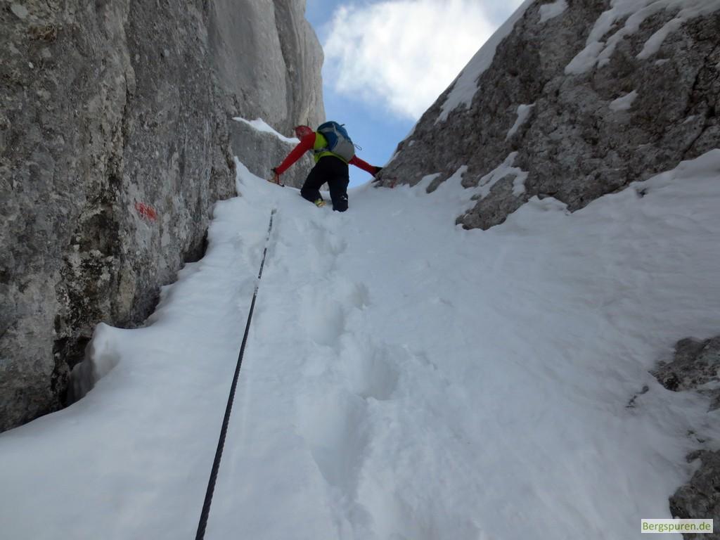 Steile Schneerinne mit Stahlsteil beim Birnhorn-Gipfelanstieg