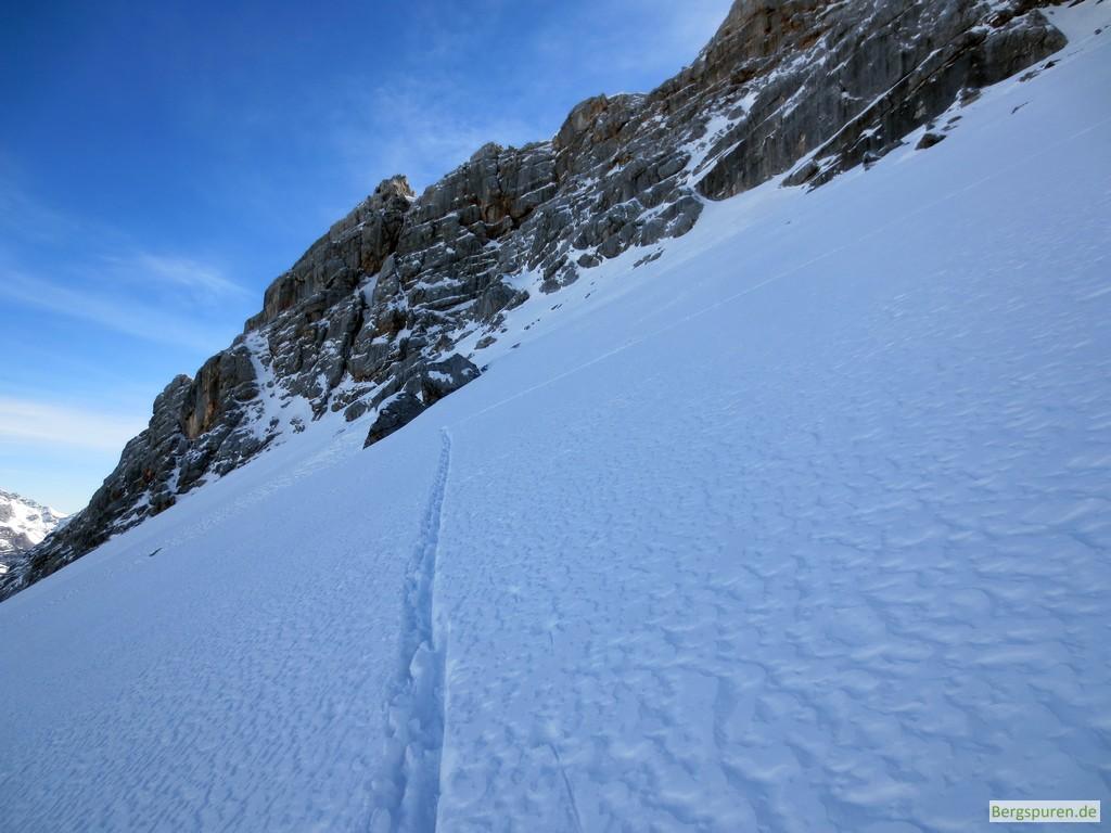 Skitourenspur quert einen Steilhang im Ebersbergkar