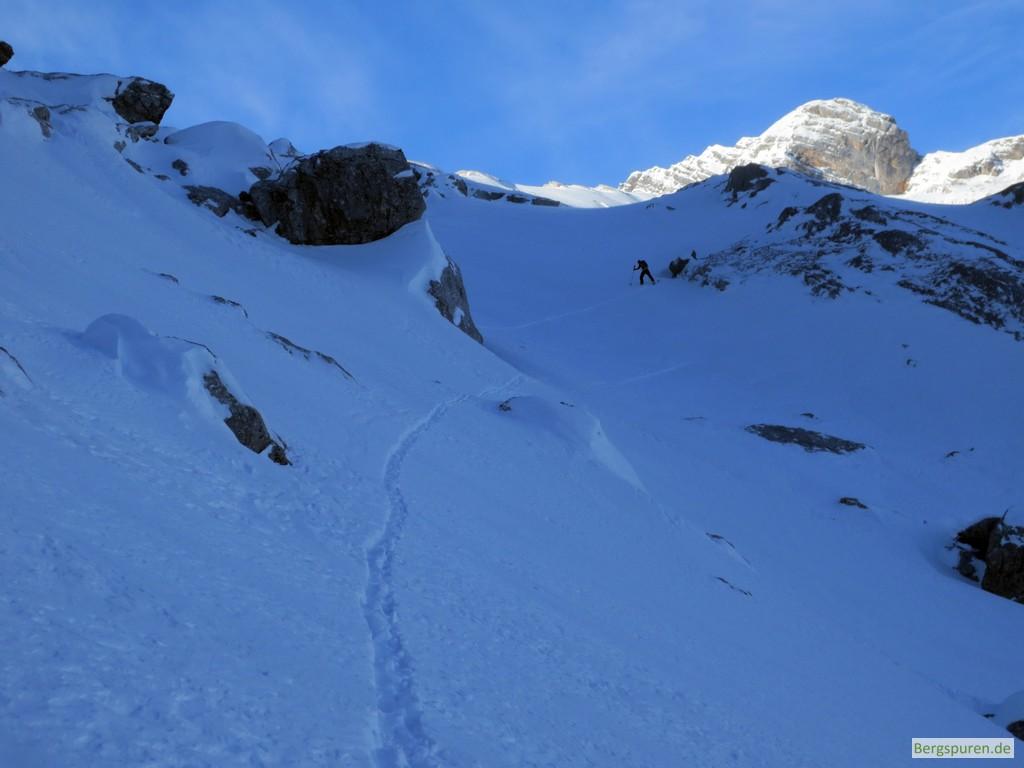 Skitourengeher in Steilstufe im Ebersbergkar