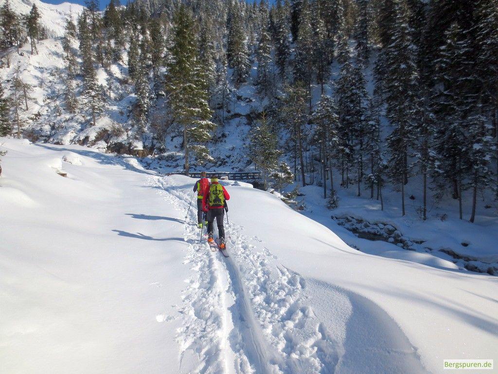 Skitourengeher vor Brücke
