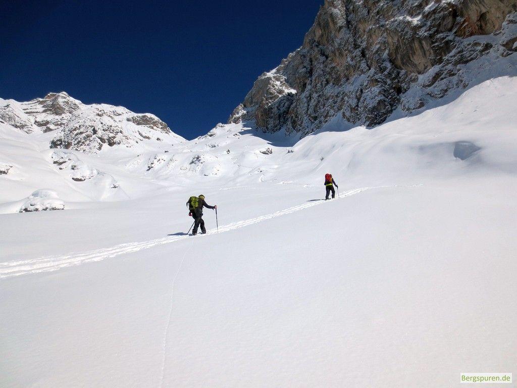 Skitourengeher im Kar unterhalb der Buchauer Scharte
