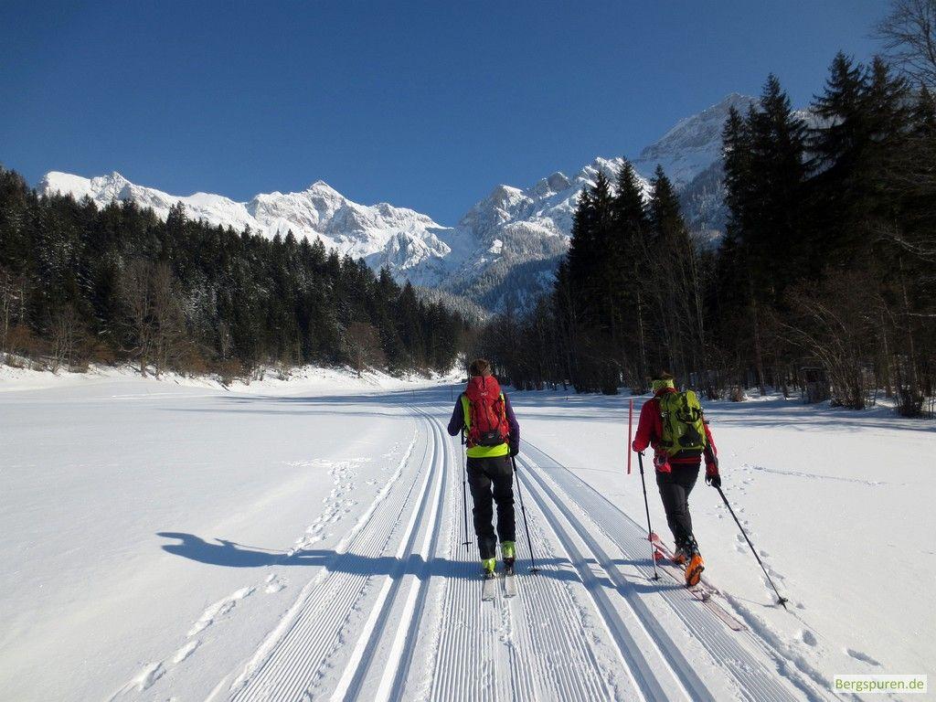 Tourengeher auf Langlaufloipe unterhalb der Schönfeldspitze
