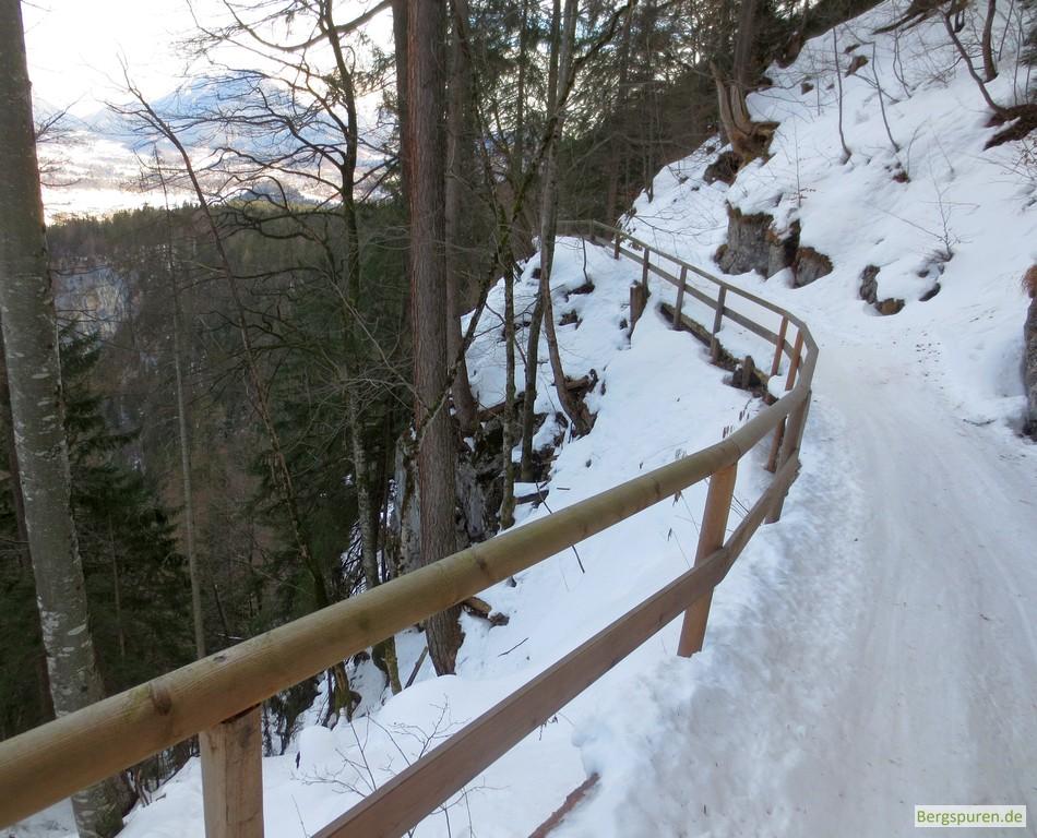 Passage mit Geländer der sogenannten Hochbahn oberhalb des Königssees