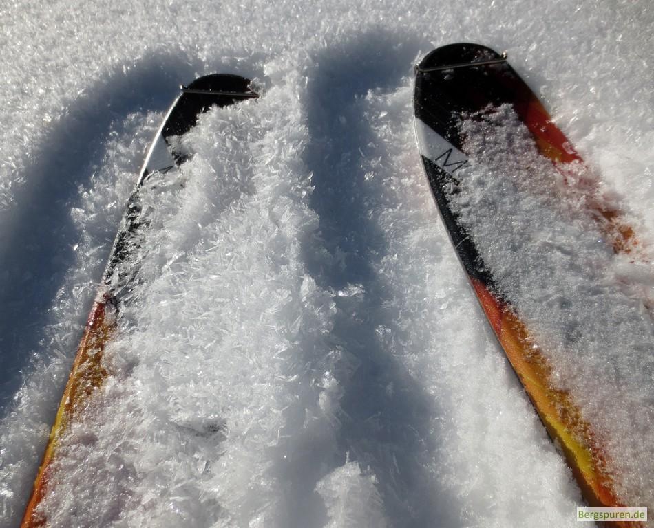 Oberflächenreif auf dem Schnee