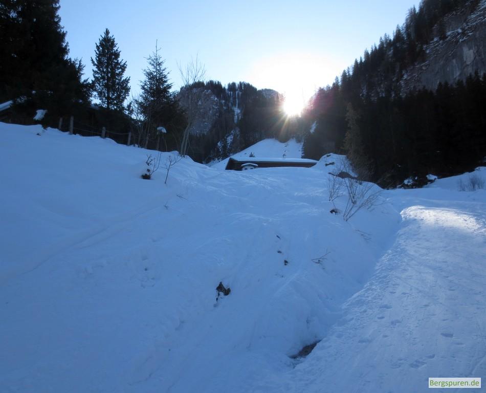 Sonnenaufgang über der verschneiten Königsbachalm