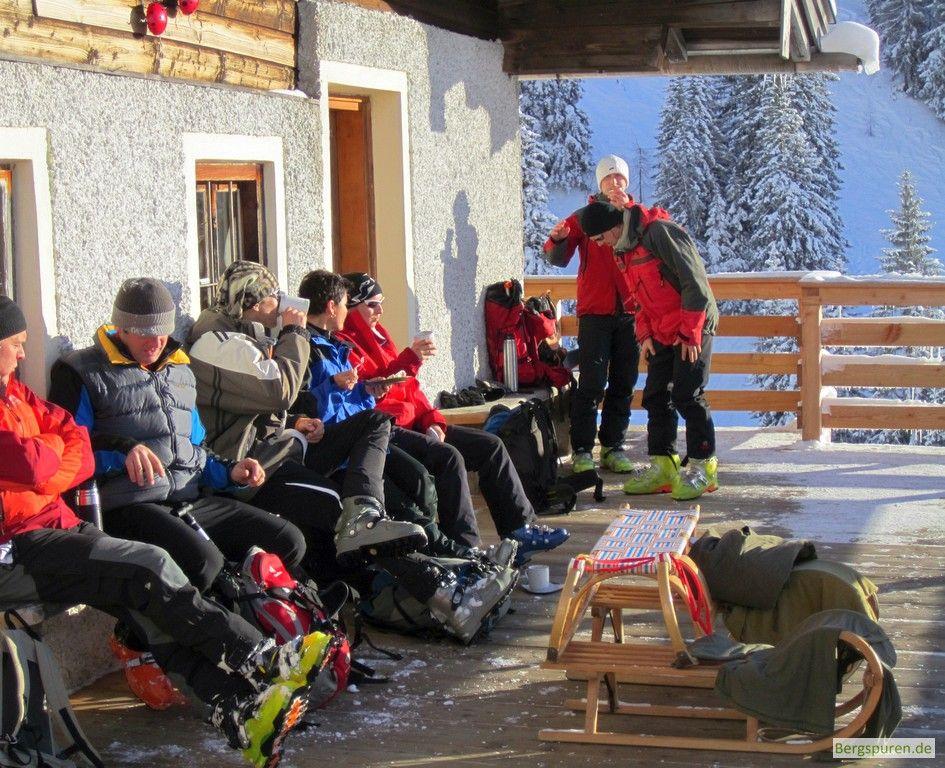 Skitourengeher auf der Terrasse der Jausenstation Hochalm
