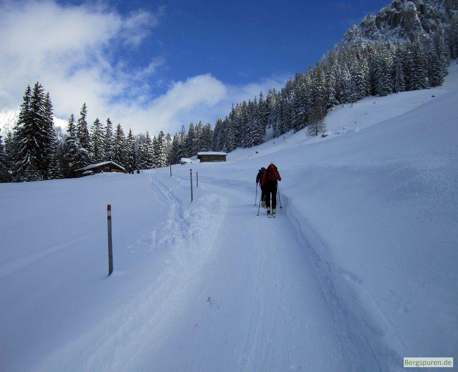 Skitourengeher auf der Forststraße vor der Gschwendteralm