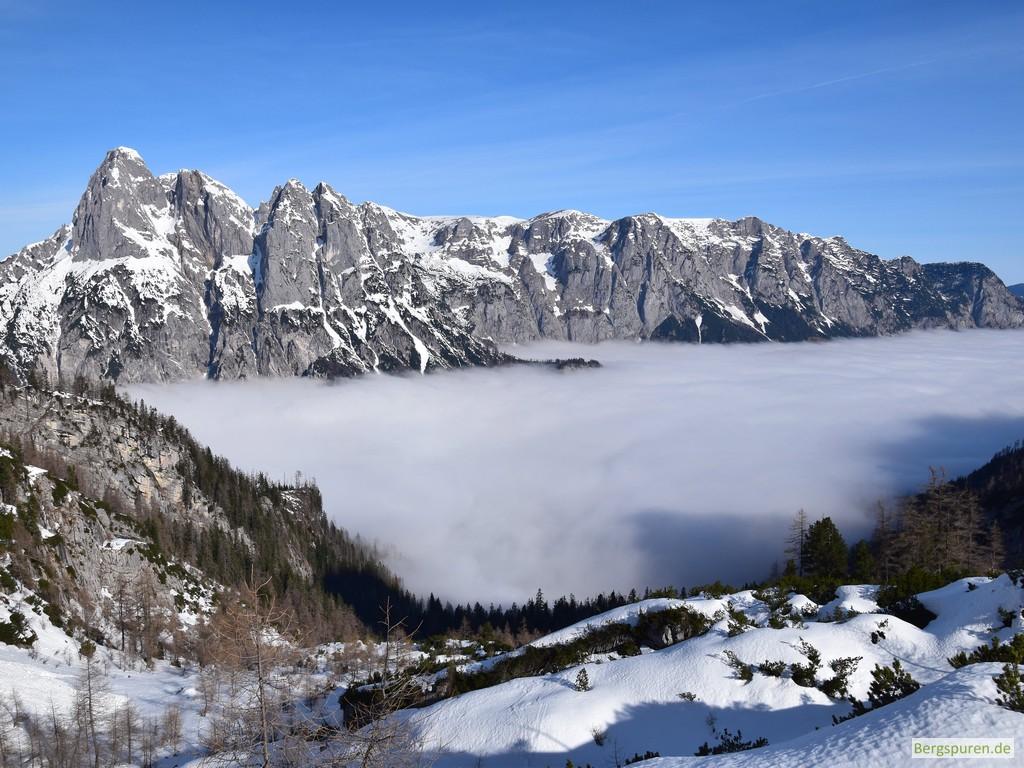 Reiteralm-Südabstürze über Nebelmeer vom Sittersbachtal gesehen